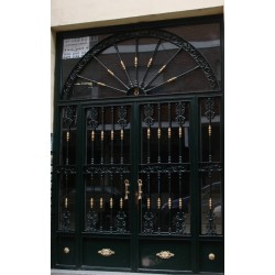 Puerta forja verde semicírculos