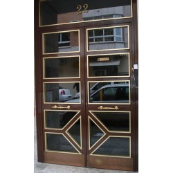 Puerta marrón resalto